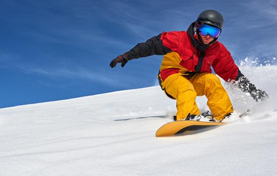 Snowboarder gaat de piste af